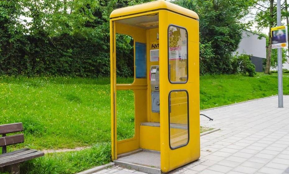 Cabine telefónica.  É arriscado, mas o site também pergunta: afinal quem utiliza cabines telefónicas para o seu real fim hoje em dia?
