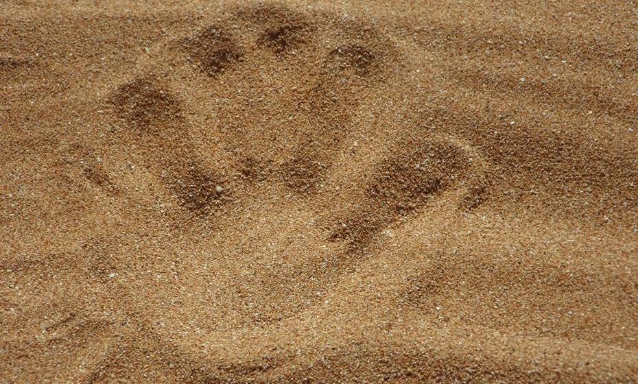 Esfoliar: Na maioria dos casos, o ideal é esfoliar a sua pele uma vez por semana. A esfoliação consiste na remoção das células da camada mais superficial da pele, chamadas de 'células mortas', de forma a tornar a pele mais suave e bonita. Outras vantagens da esfoliação são reduzir a quantidade de pêlos encravados e preparar a pele para se bronzear.