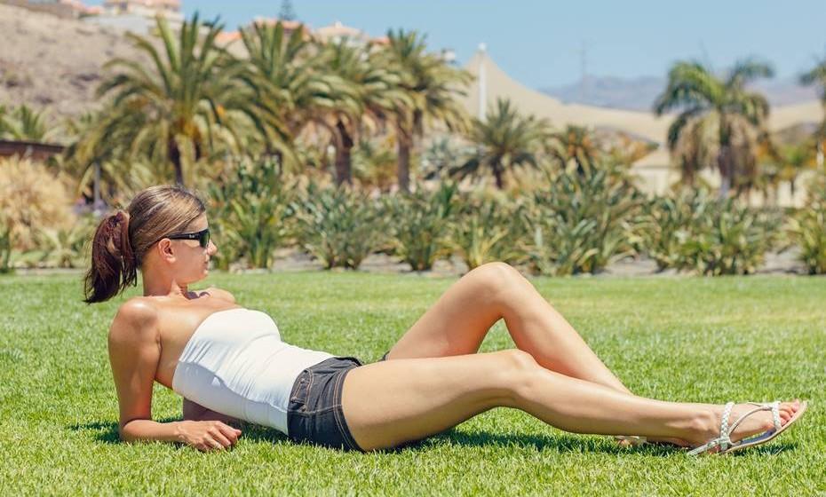 Juntamente com a flacidez, a celulite é o maior pesadelo de todas as mulheres, principalmente porque ataca quase todas. Invista num bom adelgaçante com ação anti-celulítica e numas massagens.