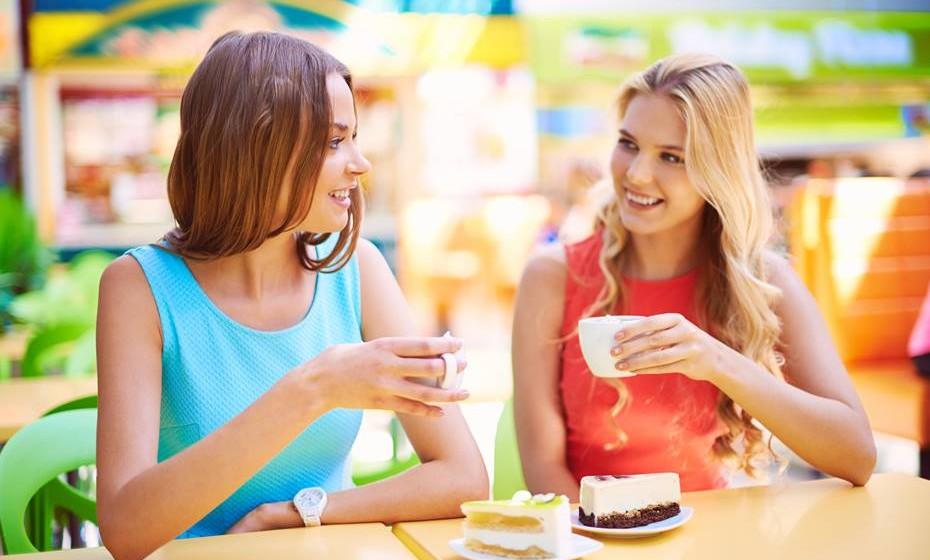 Faça um intervalo: Por 10 ou 15 minutos, afaste-se da secretária. Parar em frente ao computador enquanto engole um iogurte não conta como intervalo. Vá à varanda e aprecie o sol e respire ar fresco. À hora de almoço, saia do escritório para almoçar com colegas, amigos ou família.