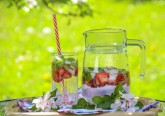 Preparámos receitas de dez bebidas perfeitas para beber descansada junto à piscina ou deitada no jardim.