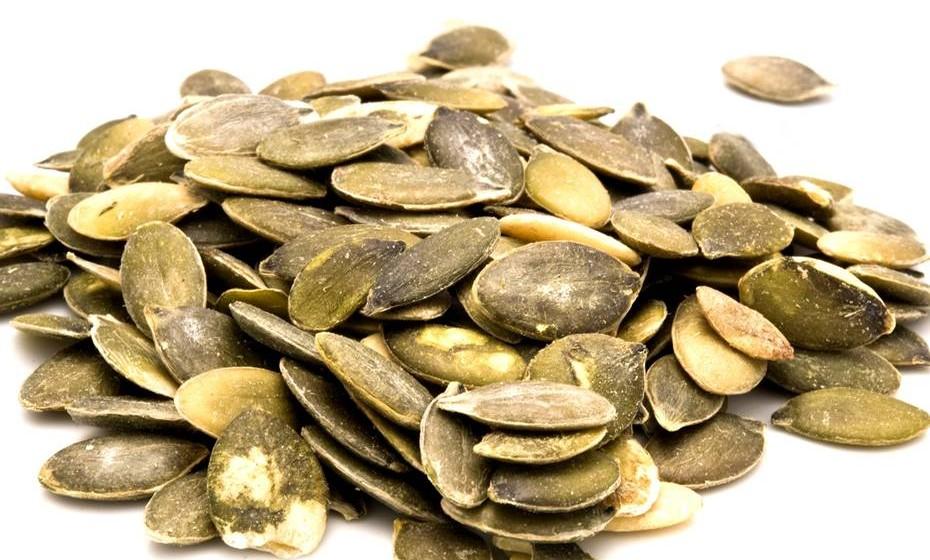 Sementes de abóbora: Estas sementes são antioxidantes e ajudam a saciar o apetite, sendo um ótimo snack entre refeições, sozinhas ou com iogurte e frutas, por exemplo. As sementes da abóbora são ainda conhecidas por melhorarem a saúde do cabelo, unhas, mucosas e olhos e ajudarem a equilibrar a tensão arterial e a reduzirem o mau colesterol.