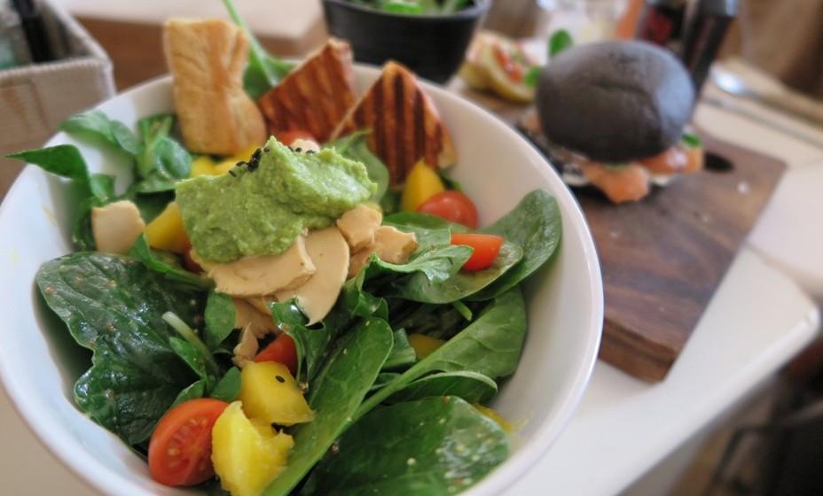Legumes: Não interessa se os consume cozidos ou crus, na salada, o importante é incluir a maior variedade na sua alimentação. Apesar dos legumes não substituírem a carne, contém nutrientes que ajudam a proteína dos outros alimentos a ser absorvida. Além disso, são ricos em hidratos de carbono, água e fibra.