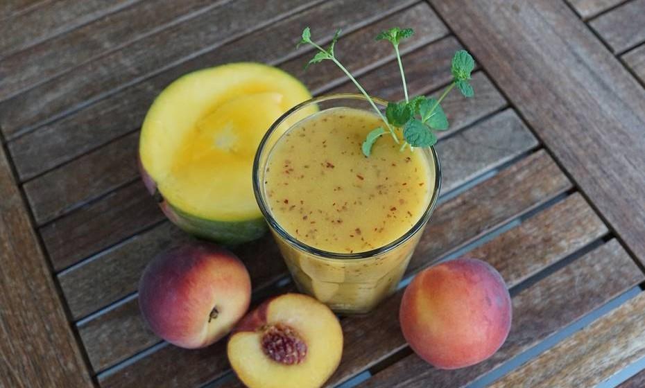 Smoothie de fruta: Numa misturadora junte leite, iogurte de baunilha magro, sumo de laranja natural e fruta a gosto. Misture e sirva.