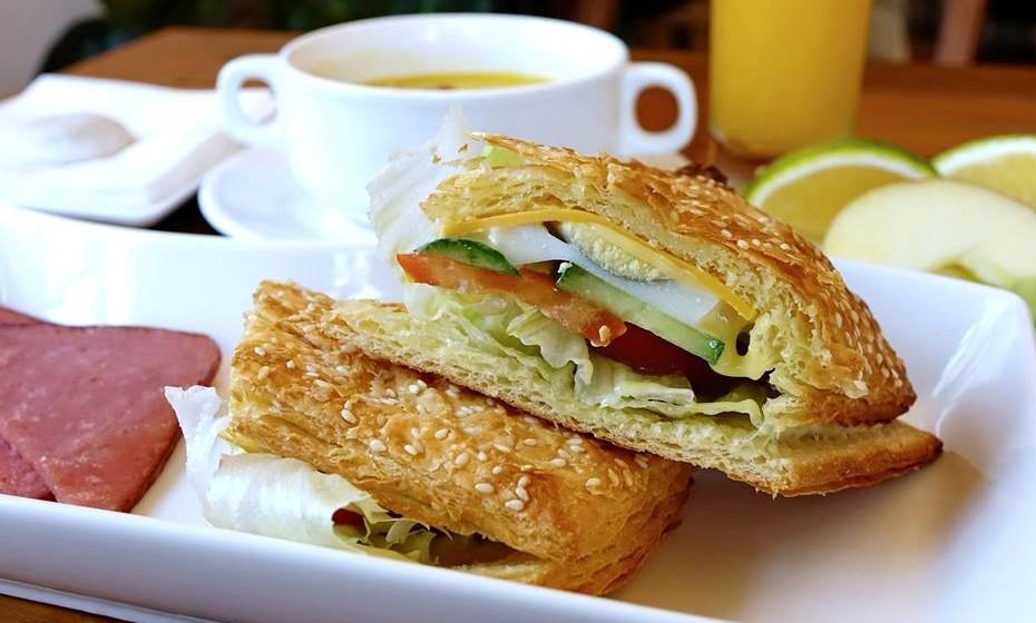 Alguns estudos revelam que, afinal, nem tudo o que se diz sobre os benefícios do pequeno-almoço será verdade. Ainda assim, saiba porque não deve saltar esta refeição.