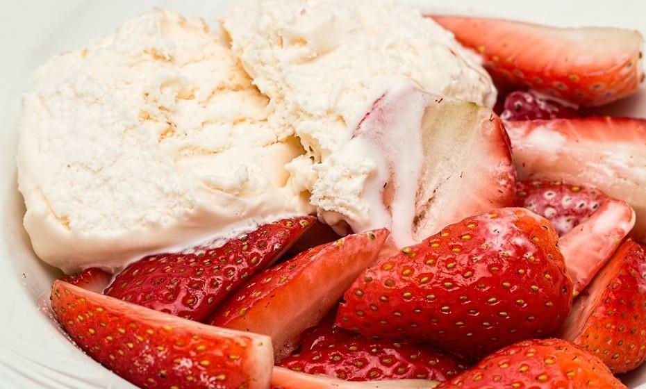Pode ainda fazer a sua versão saudável desta sobremesa. Congele iogurte com fruta ralada ou batido de frutas. Ao descongelar, acrescente fruta e bolacha de aveia ralada e bom apetite.