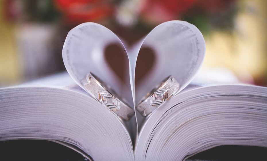 Seja uma decisão tomada por razões românticas ou práticas, o fundamental é que o casal discuta este assunto de forma aberta e que cada um apresente claramente as suas intenções. E que esta seja uma questão logo resolvida.