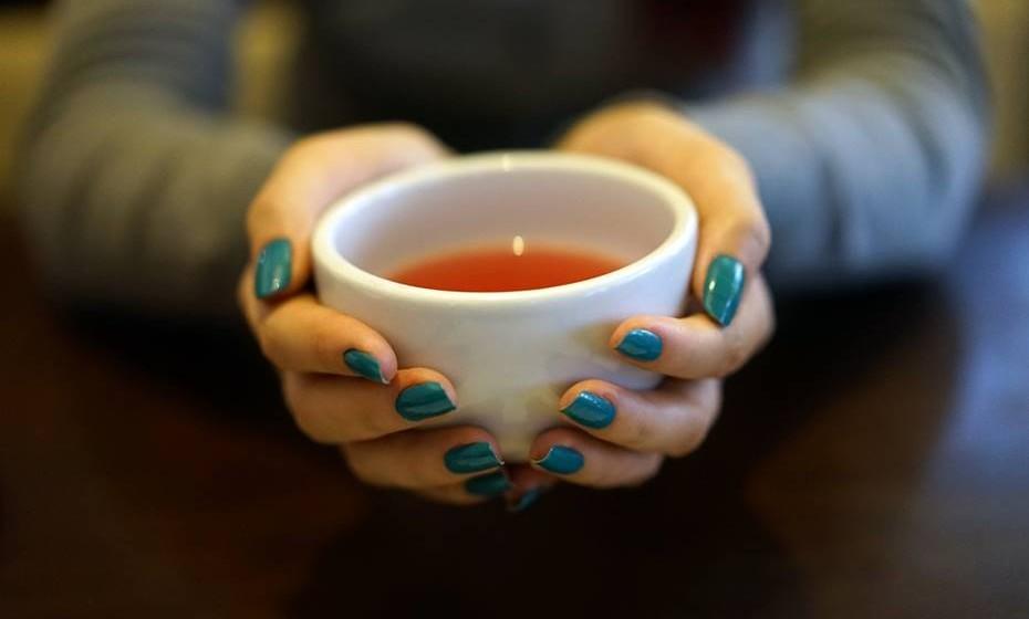 Chá de ervas: Misture 3 folhas de alecrim, 10 folhas de alfazema, 3 folhas de cidreira e ferva tudo num litro de água. Beba o chá ainda quente e tente repousar num ambiente aquecido. Se estiver calor não se agasalhe muito, pois o calor faz a dor de cabeça durar mais.