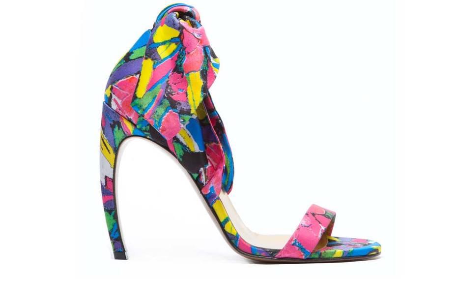 d48ad679e Colecionadores de sapatos de todo o mundo gastam milhares nos seus sapatos,  particularmente conhecidos pelo salto curvo. Os preços começam nos 350  euros mas ...