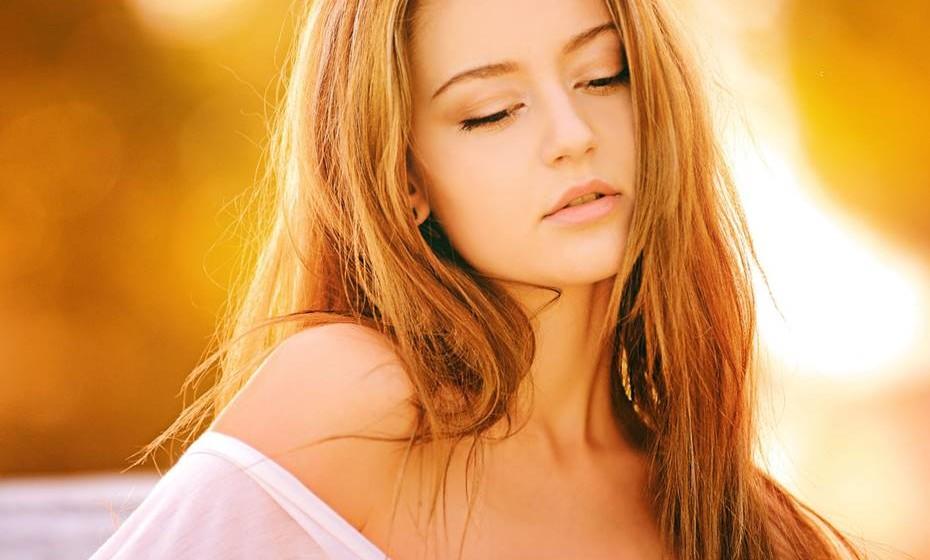 Estimule outras zonas: A mulher tem várias zonas erógenas no corpo. Ajude o seu parceiro a perceber que pescoço, colo, peito, barriga, pélvis, virilha e parte interna da coxa também devem ser estimulados com toque e beijos.