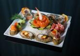 Sabe distinguir um hossomaki de um niguirizushi? Já instalado como uma das preferências dos portugueses, o sushi pode tornar-se numa escolha difícil para os iniciados. Aprenda aqui o que há a saber sobre esta especialidade japonesa e surpreenda no próximo encontro à mesa.