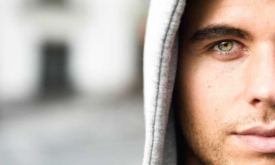 Já todos ouvimos dizer que os olhos dizem muito sobre nós. Mas a ciência explica que, afinal, os olhos dizem muito mais do que pensamos. Segundo alguns estudos, a cor dos olhos está diretamente relacionada com a velocidade com que a mente trabalha, com habilidades desportivas e até define a probabilidade de vir a desenvolver certas doenças.