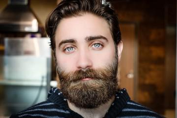 Em novembro, volta a falar-se de bigodes, sobretudo devido à iniciativa Movember. Esta nasceu na Austrália, em 1999, para chamar a atenção para as doenças que afetam o sexo masculino, sobretudo o cancro da próstata. A iniciativa já se espalhou pelo mundo e, pelo menos neste mês, muitos homens aderem à tendência do bigode ou da barba. O certo é que jáfoi moda, já deixou de ser, já voltou... Mas todos nós temos algo a dizer, incusive os famosos.