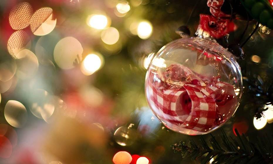Na hora de fazer compras para a sua decoração de Natal, tenha certeza de que reviu tudo o que tem em casa e que vai comprar apenas o essencial. Pode ainda trocar decorações com outros familiares ou reciclar decorações de outros anos, fazendo alterações manualmente.