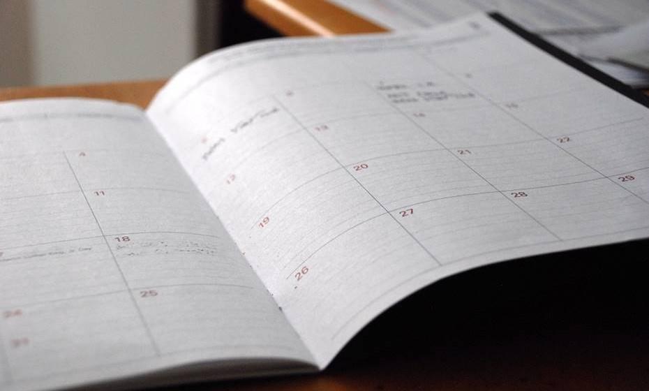 Estabeleça metas: Muitas vezes, o que provoca o mau-humor de segunda feira é a percepção de que temos uma lista infindável de coisas para fazer durante essa semana. Estabeleça metas para cada dia e não deixe que o trabalho da semana derrube o entusiasmo de segunda-feira.