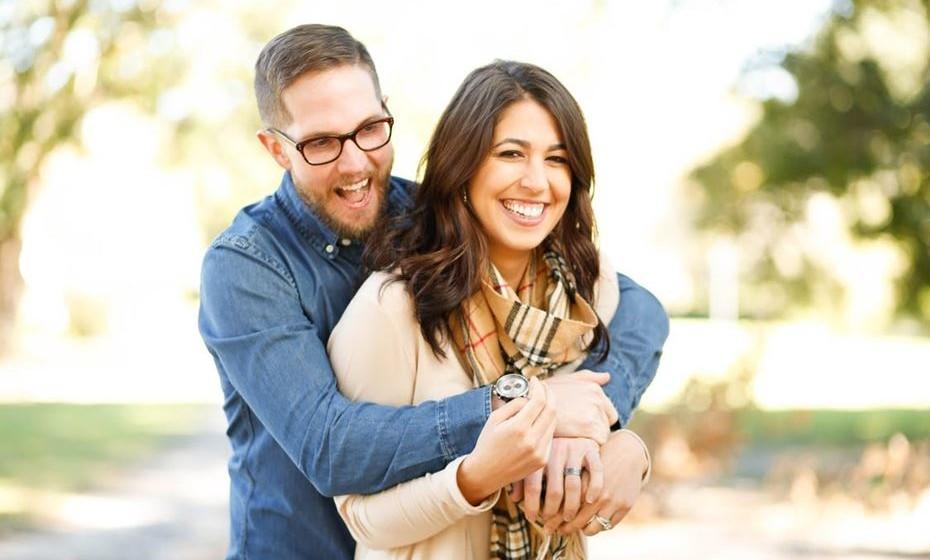 Conviver simultaneamente numa relação amorosa e profissional exige respeito mútuo, sensibilidade e tolerância, para que se mantenha a harmonia, mas exige também destreza e equilíbrio, para passar de um papel para outro, num equilíbrio de papéis nem sempre fácil de gerir.