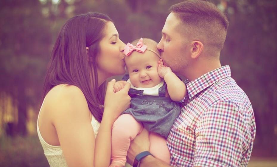 """Por outro lado, em casa, o casal deve """"despir a camisola do trabalho"""" e entrar em """"modo casal"""": falar da sua relação, dos filhos, dos projetos, dos passeios que querem dar. Se uma relação amorosa já é um mundo de exigências e desafios, porquê tirar-lhe tempo a falar do trabalho? Igualmente o carinho, afeto e intimidade, nunca devem faltar."""