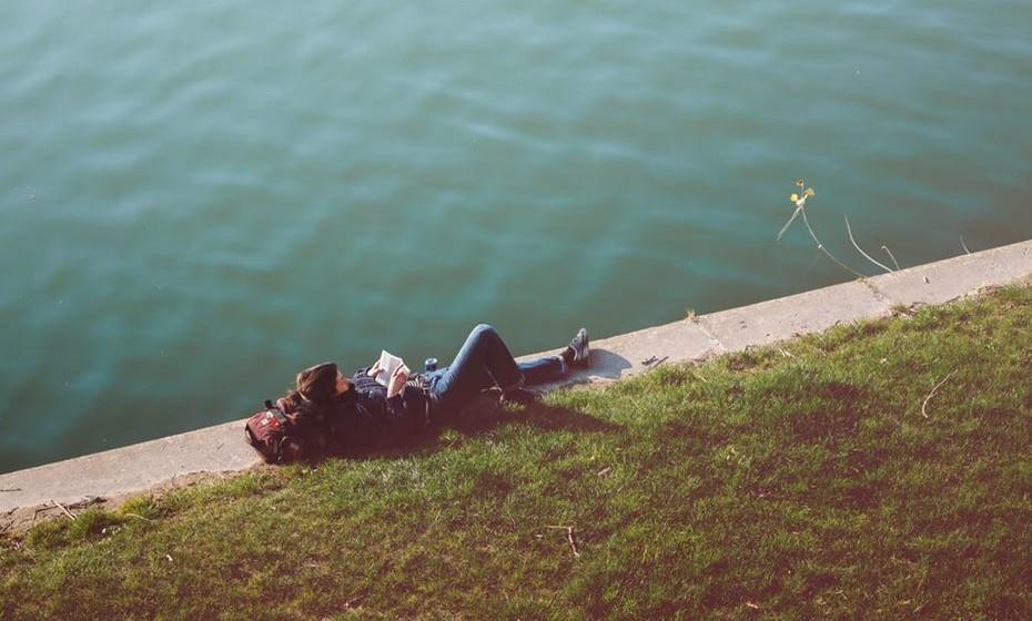 """O excesso de convivência, que acaba por ser praticamente de 24 horas, pode ser extremamente desgastante para a relação. É importante que cada um crie o seu espaço individual, que saia com os seus amigos, vá ao ginásio e quem sabe até passe umas férias sozinho… há que promover as saudades, há que ter tempo para pensar sozinho na relação, perceber o que realmente se valoriza no outro, para se poder voltar renovado e os olhos poderem """"voltar a brilhar""""."""