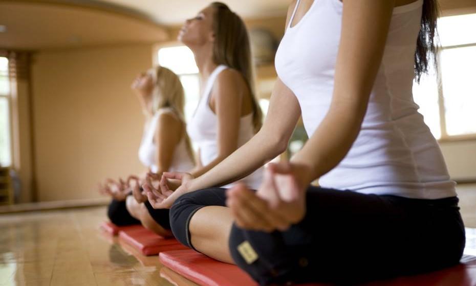 Ligue-se ao seu corpo: No início da meditação, enquanto está a respirar lentamente, tente sentir cada parte do seu corpo, começando pelos pés. A ideia não é tocar nos pés mas sim pensar neles, sentir a sua presença física, depois disso vá subindo pelos tornzelos, pernas, etc. Além de ser uma boa técnica para relaxar, é também uma forma de se ligar ao seu corpo.