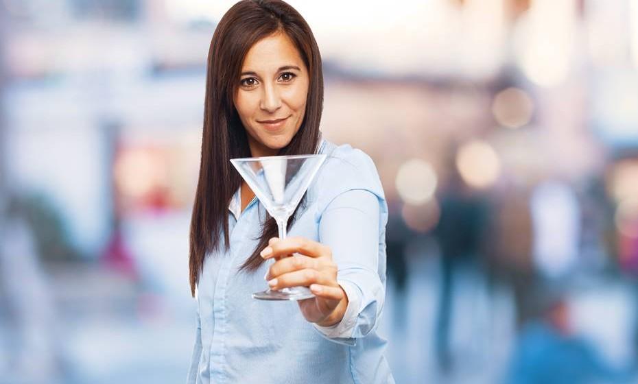 Mantenha a bebida na mão esquerda, de forma a garantir que mantém a mão direita livre (e seca) para cumprimentar os outros convidados.