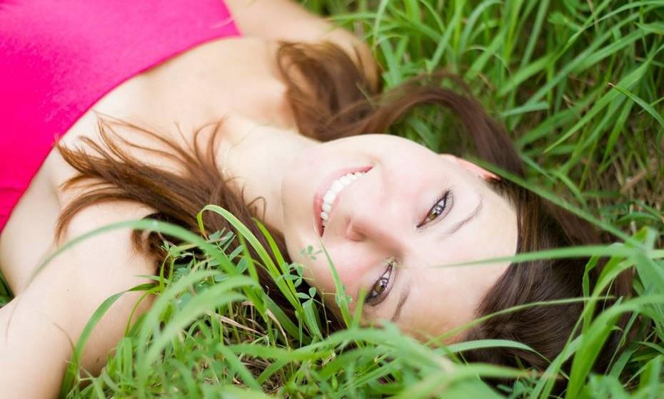 Sinta-se feliz pela meditação: Mesmo nos dias em que sente que não conseguiu alcançar o estado de relaxamento que pretendia, sinta-se feliz por ter tirado aquele tempo para si. Vai tornar-se mais e mais fácil meditar.