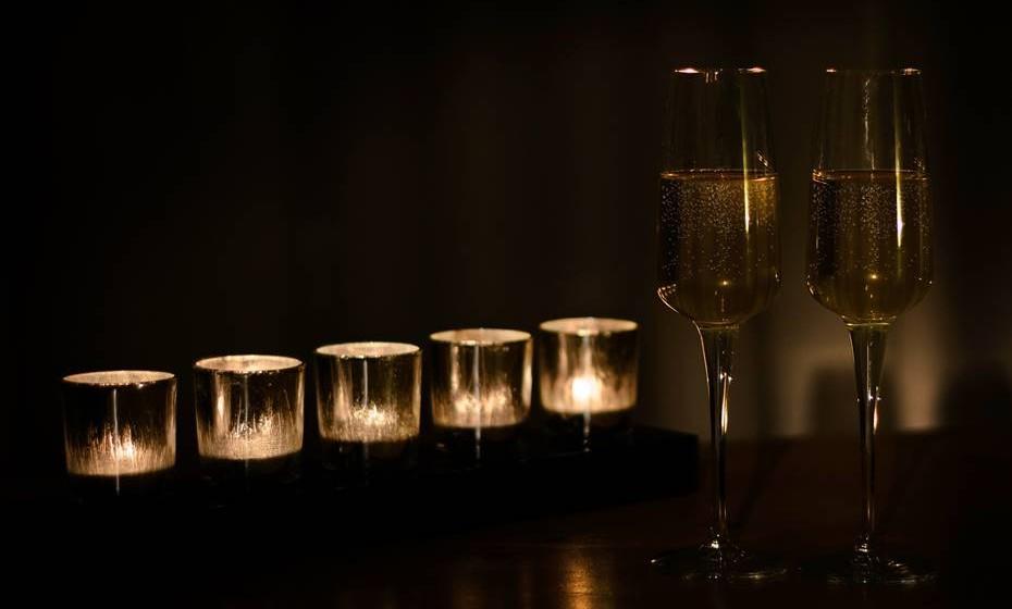 Não beba o champanhe demasiado frio: Se a bebida é servida demasiado gelada, não sentirá o verdadeiro aroma. Retire a garrafa do frigorífico e, se necessário, deixe-a aquecer uns minutos antes de servir.