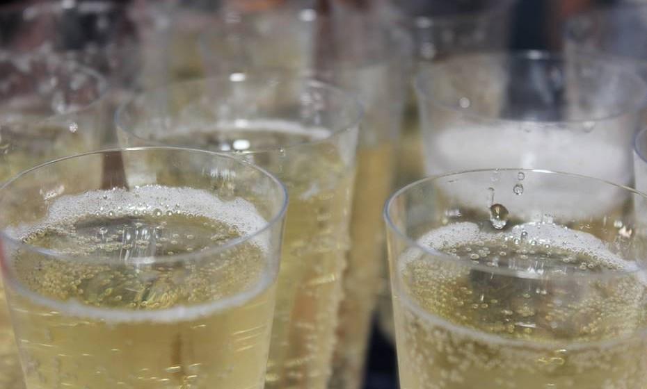 Champanhe também pode respirar: Experimente abrir uma garrafa. Beba cinco minutos depois, 15 minutos e 30 minutos para perceber a diferença na bebida. Para saborear a verdadeira essência, deixe as bolhas desaparecerem antes de beber, uma vez que estas enganam o palato, fazendo o gosto maus seco e ácido.