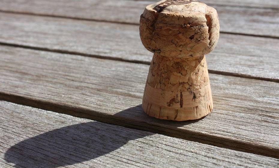 Não deixe a rolha saltar: Uma garrafa de champanhe tem três vezes mais pressão do que um pneu de um carro, por isso o metal no topo tem um propósito. Para abrir a garrafa, torça a garrafa e não a rolha. Se o fizer corretamente, não vai ouvir o característico barulho da rolha a saltar.