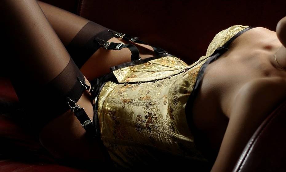9. Sexo com acessórios: Abra a cabeça a novas experiências. Faça uma incursão a uma sex-shop e leve alguns acessórios divertidos para casa. Desde óleos de massagens a vendas, algemas, roupa interior, chicotes ou até vibradores. Vale tudo na hora de se divertir com o seu companheiro.