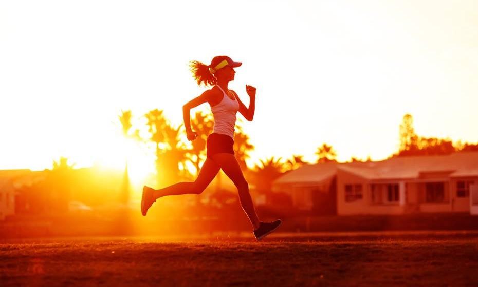 Alivia o atrito: Seja porque corre ou simplesmente porque sua muito nas pernas, em particular no verão, a irritação da pele entre as pernas pode ser dolorosa e causar manchas. Espalhe um pouco de vaselina nas pernas, com a ajuda de um algodão, para aliviar. Deve também usar como prevenção.