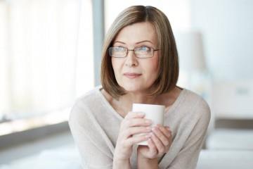 Pequenos hábitos como comer chocolate ou beber chá verde podem diminuir o risco de demência na idade mais avançada. Comece já hoje.