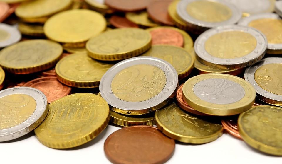 Ao final do dia, esvazie as moedas da sua carteira para um jarro. Vai surpreender-se com o valor quando o despejar.