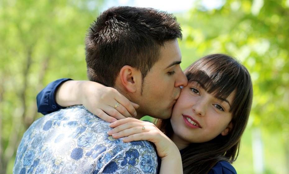 Argentina: Os sul-americanos são, no geral, mais descontraídos e íntimos mesmo com desconhecidos. Um abraço é o cumprimento mais comum, sendo que quanto melhor conhece a pessoa, mais íntimo será este gesto. Caso contrário, dê apenas um abraço rápido e um beijo no lado direito do rosto.