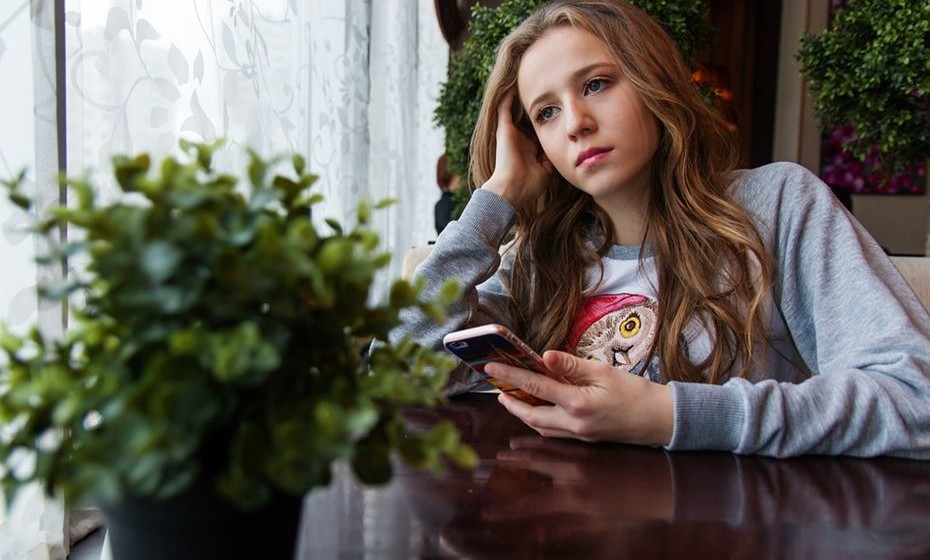 A neurologista Frances E. Jensen estudou os processos de pensamento e as ligações cerebrais dos adolescentes para perceber o que está por detrás de comportamentos únicos e publicou as conclusões no livro 'The Teenage Brain' (O cérebro do adolescente). Aqui responde a perguntas de pais desesperados