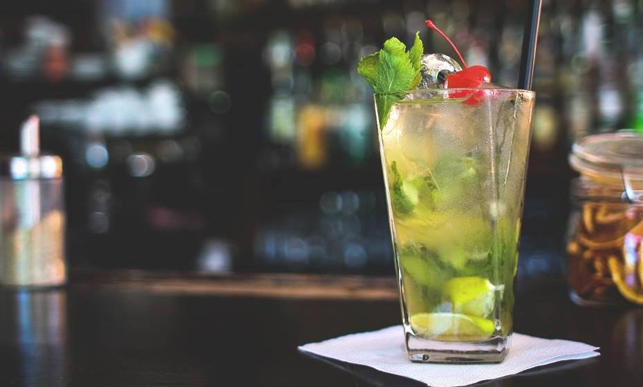 11. Sexo semi-embriagado: Se bebeu demasiado, por melhor que o sexo seja, é provável que não tenha qualquer memória na manhã seguinte. Mas se bebeu apenas dois ou três copos, e está com aquela vontade de brincar e ser atrevida, então pode vir a ter sexo intenso com o seu companheiro. O álcool ajudará na desinibição.