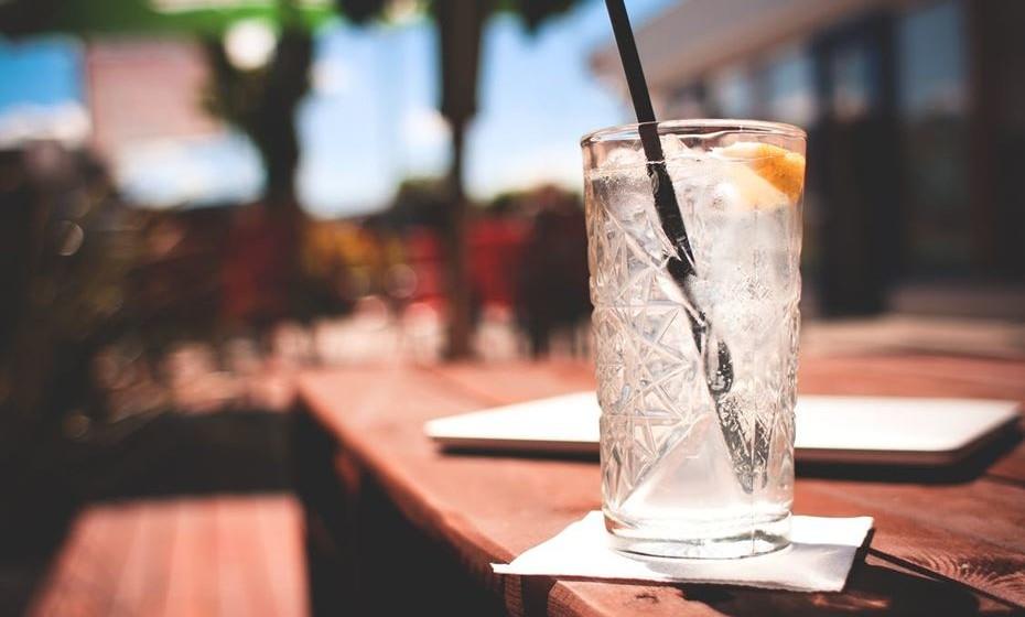 5. Beba moderadamente: Este conselho é fácil de entender. Um copo de vinho à refeição ou um cocktail a seguir é aceitável e ajuda a descontrair mas não corra o risco de se embebedar no primeiro encontro.