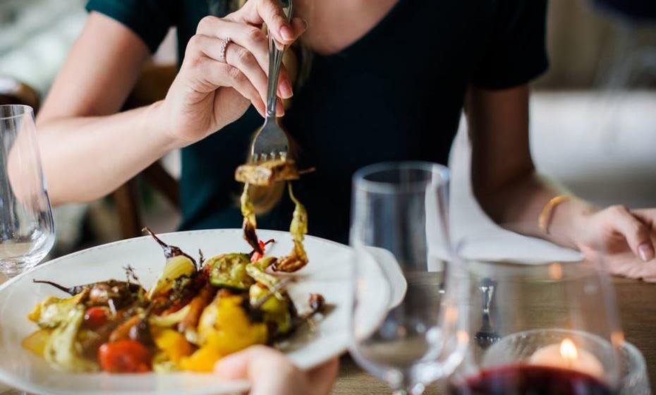 4. Não tenha medo de comer: Não lhe dizemos para pedir os pratos menos saudáveis mas coma normalmente e deixe a conversa fluir durante a refeição.