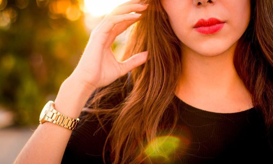 6. Não se foque apenas na sua aparência: Não perca tempo a ir constantemente à casa-de-banho ver se o cabelo e a maquilhagem estão perfeitos. Arranje-se antes do encontro e, depois, usufrua do momento e da companhia. Se realmente existir química e interesse, ele não vai procurar perfeição, mas antes uma mulher real.