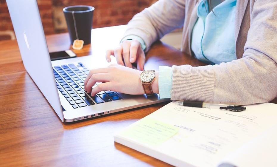 Não receba emails de empresas e marcas de que gosta. As compras por impulso são os maiores inimigos das finanças pessoais. Se precisa de alguma coisa pode ir aos sites e procurar mas, ao receber promoções e ofertas vai sentir-se tentada a comprar mais do que precisa.
