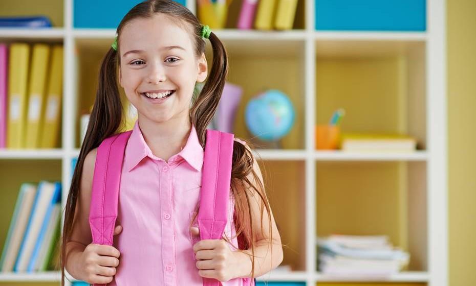 Crianças em idade escolar (6-13 anos): Tempo de sono recomendado aumentado em uma hora para 9-11 horas por dia (antes era de 10-11 horas)