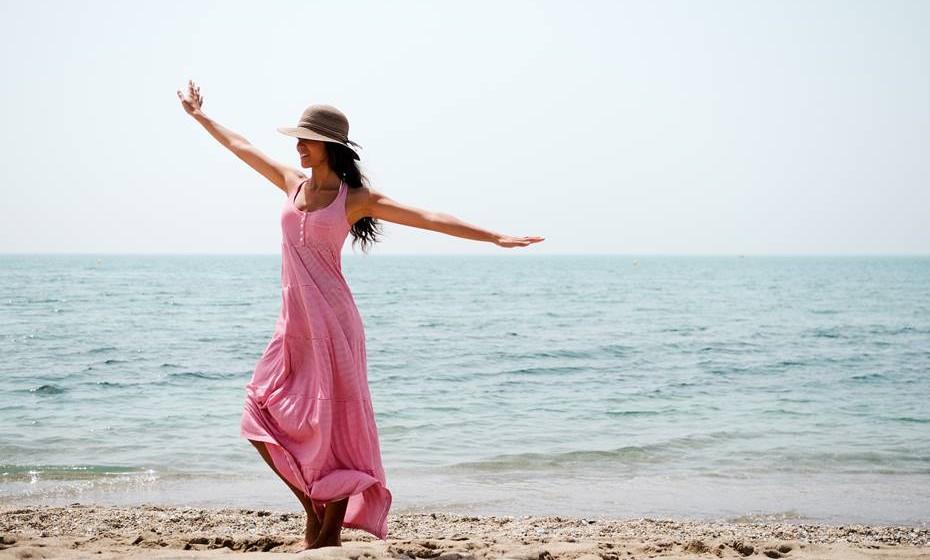 Sentir-se mais confiante: Ser capaz de viajar sozinha e ter uma experiência gratificante dar-lhe-á a sensação de que é capaz de tantas outras coisas sozinha. Não que vá passar a viajar sempre sozinha mas é positivo saber que é capaz de cuidar de si.