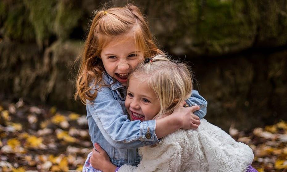 """Mantenha-o feliz: Quanto mais felizes são as crianças, maiores as probabilidades de se tornarem adultos de sucesso e realizados. No livro """"Raising Happiness: 10 Simple Steps for More Joyful Kids and Happier Parents"""" (Educar a Felicidade: 10 Passos Simples para Crianças e Adultos mais Felizes), Christine Carter escreveu: """"Em média, pessoas felizes têm mais sucesso no trabalho e no amor. Recebem mais elogios, têm melhores trabalhos e salários mais altos. Quando casam, são por norma mais felizes no casamento."""" A psicóloga explica que ver os pais felizes é um fator importante na felicidade das crianças."""