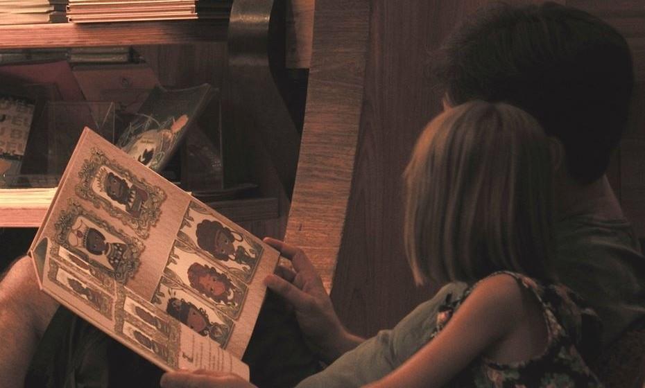 Leia com o seu filho: Melhor do que ler para os seus filhos, é ler com eles e chamar a sua atenção para as palavras. Desta forma, vai estimular os hábitos de leitura das crianças desde tenra idade.