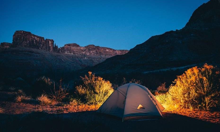 Tenda para dois: Há qualquer coisa de muito romântico na ideia de estar na natureza. Escolham um parque ou uma reserva natural e optem por um fim de semana fora de casa e em contacto com a natureza. Podem fazer uma fogueira e passar a noite a observar as estrelas.