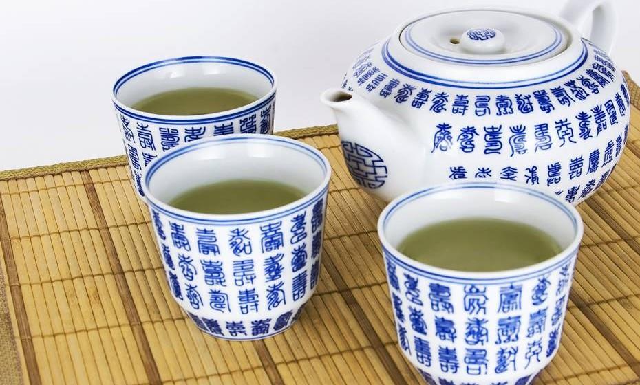 Chá verde e pimenta preta: Em vez de adicionar mel ao seu chá verde, experimente juntar um pouco de pimenta preta. Isto porque a pimenta contém um químico que vai impulsionar o antioxidante EGCG contido no chá verde, que ajuda ao funcionamento do metabolismo e previne o aparecimento de cancro. Se não gosta do seu chá picante, pode usar a mistura para marinar carne, por exemplo, juntando alho e gengibre.