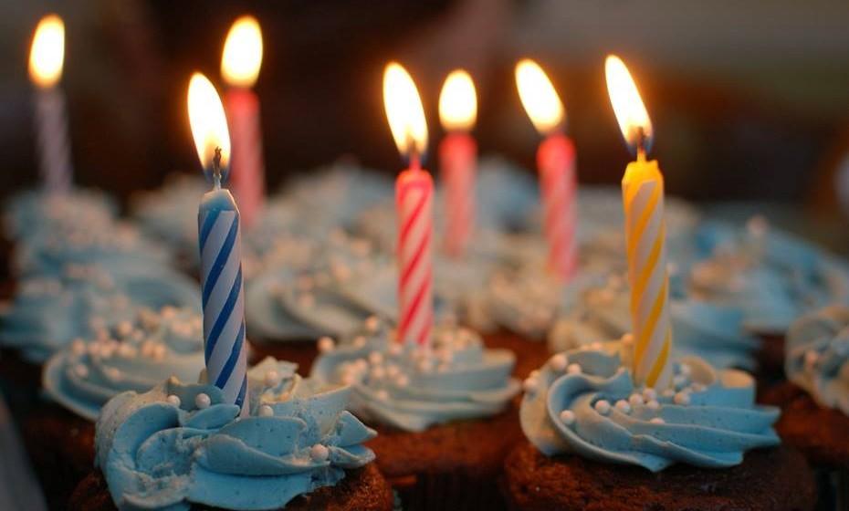 Pode substituir o tradicional bolo de aniversário por uma versão mais original.  Se fizer 40 anos, por exemplo, ponha 40 velas em 40 cupcakes.