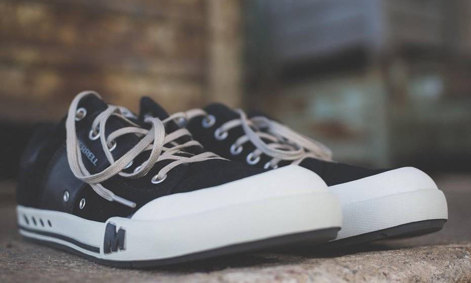 Deixe os sapatos à porta de casa e, assim, evita levar para o interior da casa poeiras e sujidade. Prefira o conforto de umas pantufas ou, ao estilo oriental, ande descalça em casa.