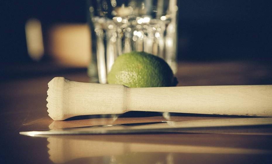 Crie um bar self-service. Se há uma determinada bebida que é particularmente popular entre a maioria dos seus amigos, então faça um bar temático, como um bar de caipirinhas, por exemplo. Todos se vão divertir a fazer a melhor caipirinha.