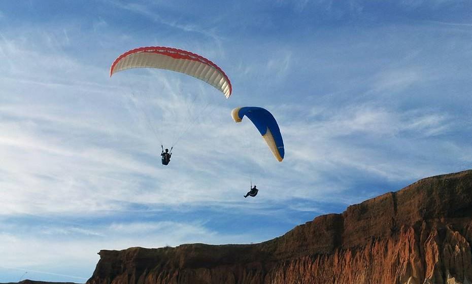 Desportos radicais: Se os dois têm um perfil aventureiro e desportivo, porque não sugerir uma sessão de surf ou um salto de paraquedas? Se o desporto é muito importante na sua vida, vai ser bom testar a capacidade de adaptação do seu potencial companheiro.