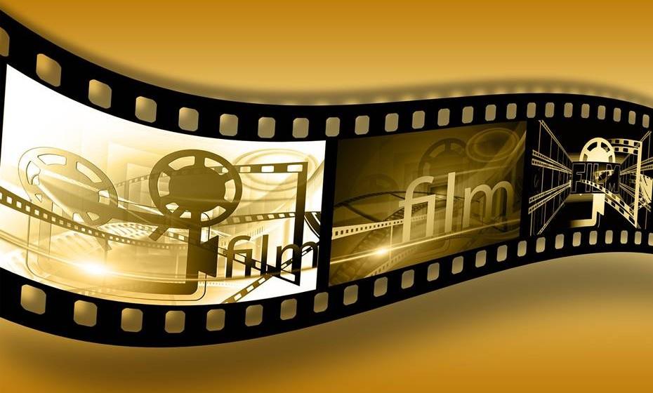 Cinema em casa: Uma ida ao cinema em família está acima do orçamento planeado para o fim de semana? Não há problema! Organize uma maratona de filmes caseira. Pode convidar amigos e juntar uma série de clássicos para todos os gostos. Faça pipocas e estabeleça intervalos.